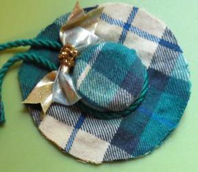 Per fare questo cappello ho ricoperto sia il disco di plastica che il tappo  con la stessa stoffa e poi ho incollato intorno al bordo un cordoncino  colorato ... 42337e2e38b3
